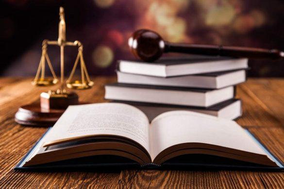 Un diplôme en droit est chargé de défendre les droits d'un citoyen sur la base d'une série de lois émises par chaque règlement de chaque pays