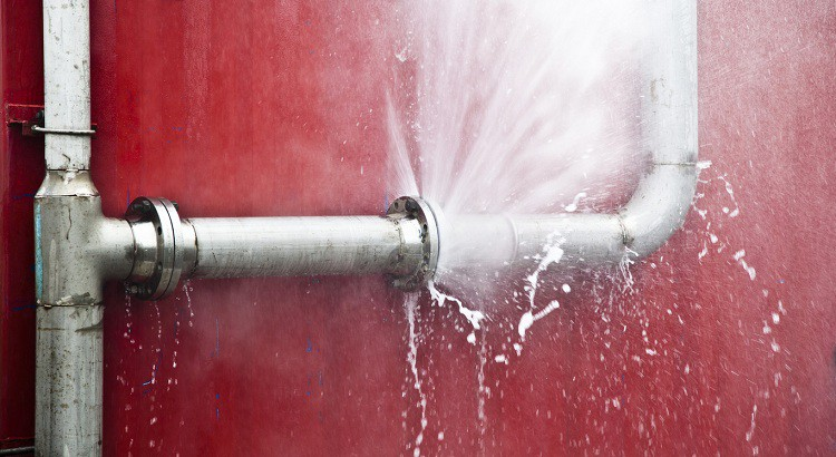 Bien immobilier, comment colmater une fuite d'eau sous pression ?